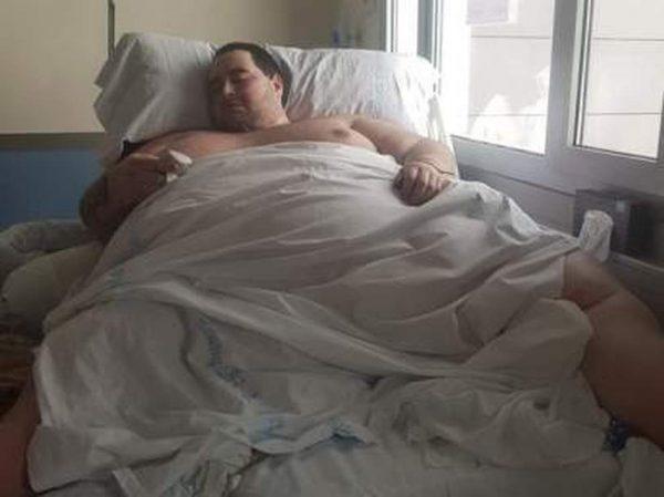 In ospedale per le piaghe, ma non può tornare a casa: «Pesa 350 kg, non ci sono mezzi in grado di trasportarlo»