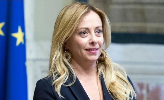 Giorgia Meloni, il divertente fuori programma durante il collegamento a Stasera Italia