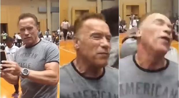 Arnold Schwarzenegger aggredito alle spalle con un calcio