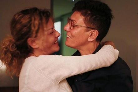 Eva Grimaldi si sposa. Oggi il matrimonio in diretta con Imma Battaglia. La dedica: «Non importa se sarà dura, l'amore vincerà»