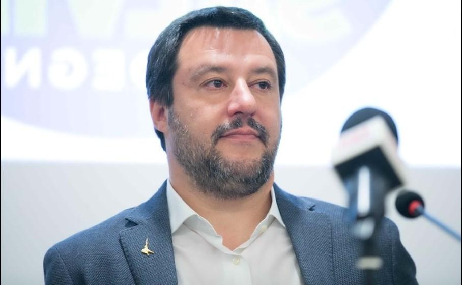 Salvini esulta su Fb per la pagella del figlio: «Tutti 8 e 9, si festeggia alla vecchia maniera»