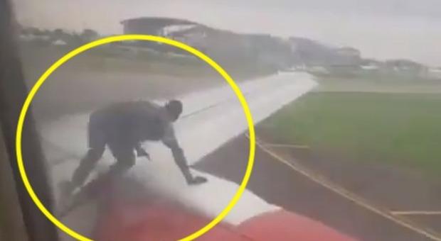 Uomo sale sull'ala di un aereo: panico tra i passeggeri, arrestato. Il video è virale