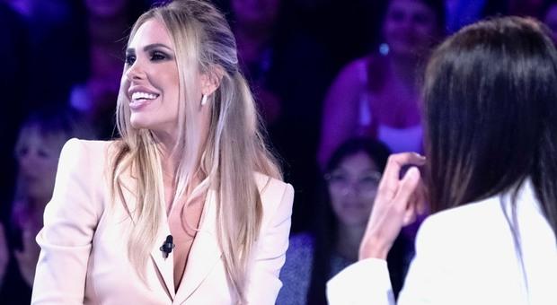 Ilary Blasi, gaffe a Verissimo: «Farfallina? No io ho la farfallona». Gelo, ma la Toffanin insiste: «Capita la battuta?»
