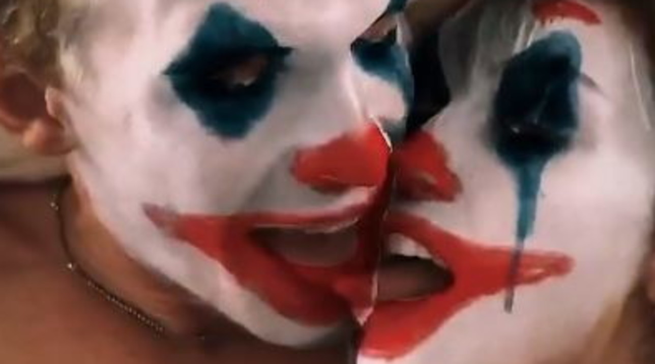 Miley Cyrus e Cody Simpson con la maschera da Joker entrano in contatto di ... lingue