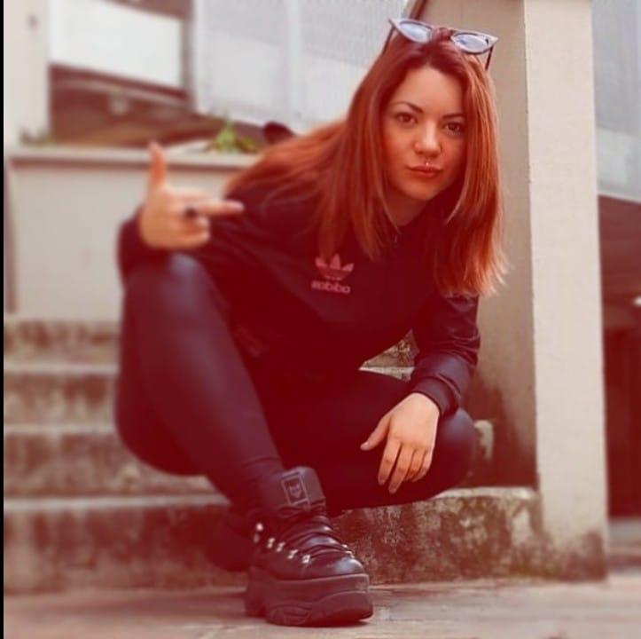 Erika Lucchesi, 19 anni anni, morta in discoteca: ipotesi mix alcol e droghe. La mamma si sente male, soccorsa in ambulanza