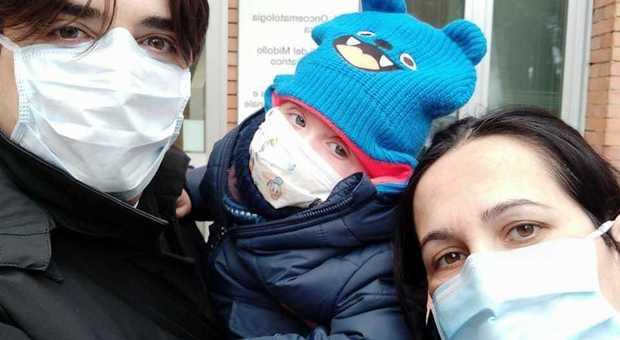 Milano, il piccolo Gabry ha vinto la battaglia contro una malattia rarissima e può riabbracciare i genitori