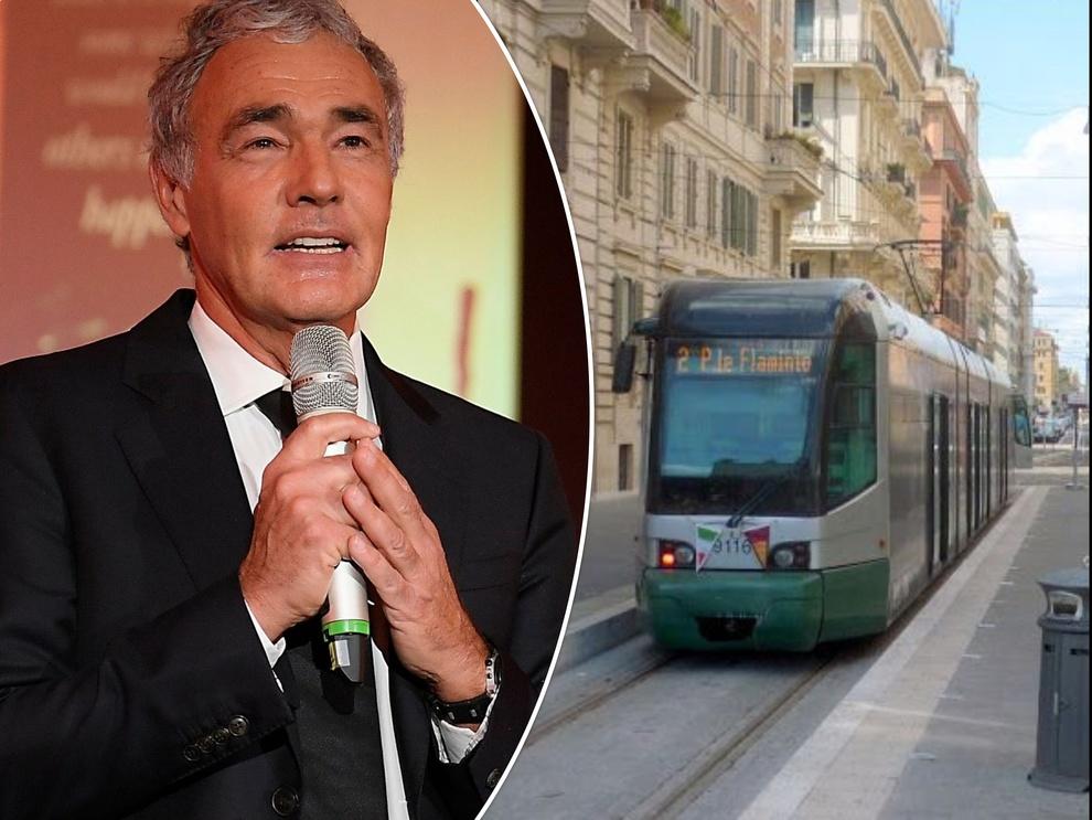 Roma, addetta Atac aggredita sul tram: Massimo Giletti scende dal motorino e la soccorre