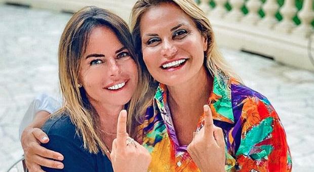 Simona Ventura e la foto con Paola Perego, due dettagli fanno infuriare i fan: «Non è possibile...»