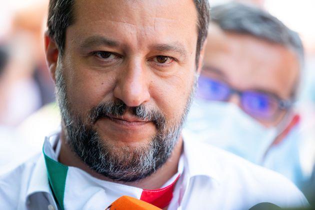 Matteo Salvini sul palco: «Ho la febbre, il medico mi ha detto di andare a casa». Ma gira il Lazio per i comizi