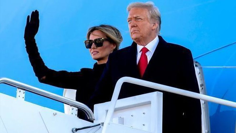 Melania lascia Trump da solo dopo essere scesa dall'aereo: «Ha già smesso di posare»