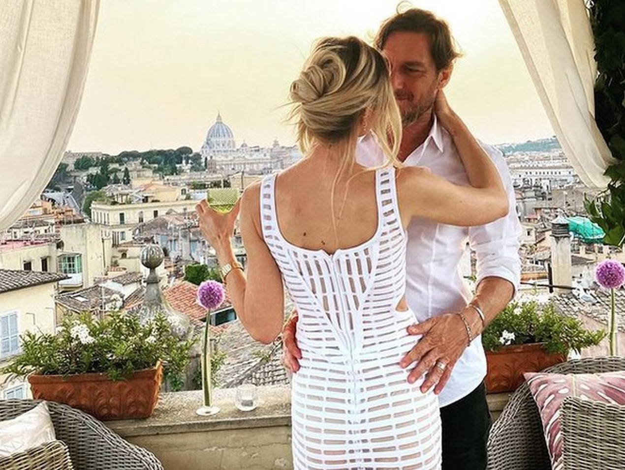 Francesco Totti e Ilary Blasi, la magica serata per l'anniversario di matrimonio: «Sedici anni di noi!»