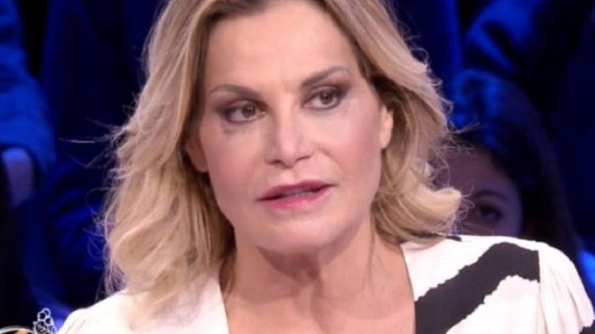 Simona Ventura in Sardegna, la rabbia per gli incendi sull'isola: «Pezzenti e anoressici di rispetto. Maledetti piromani»