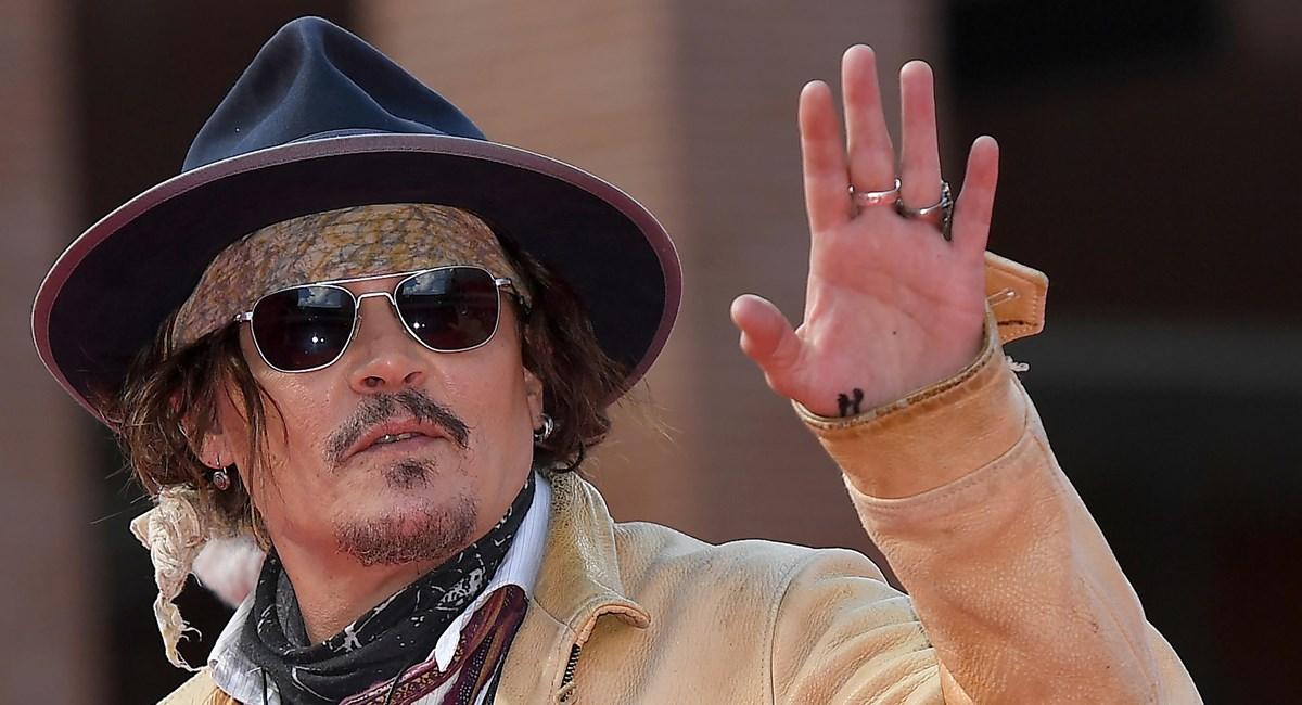 Johnny Depp bloccato dai fan arriva in ritardo alla Festa del cinema di Roma