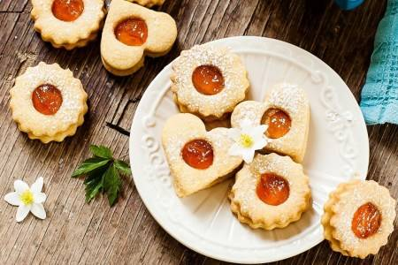 Biscotti farciti con confettura o marmellata