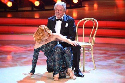 Giancarlo Giannini, balla tango travolgente, cade sopra la ballerina