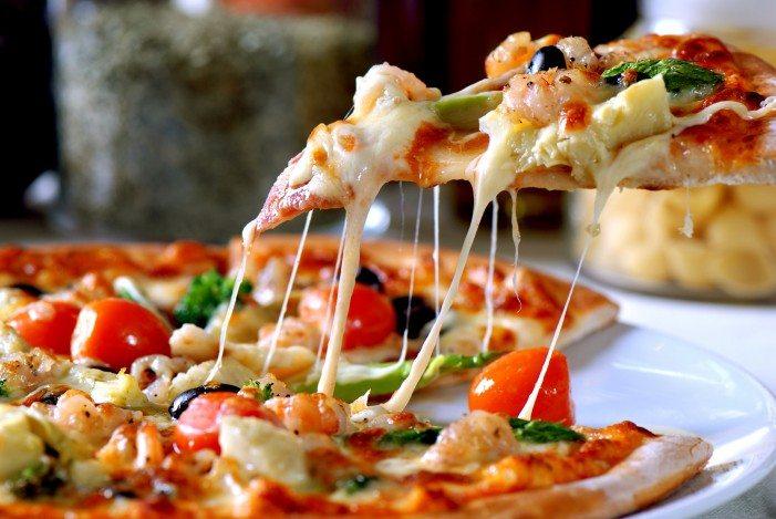 Cena choc, pezzi di vetro nella pizza di un ristorante, finiti al pronto soccorso
