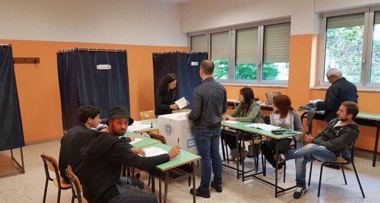 Elezioni a Roma, orari disumani per scrutatori, rischio schede e voti conteggiati male.