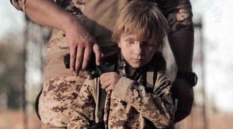 Isis, bimbo prigioniero costretto ad uccidere. Foto