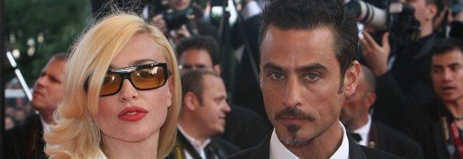 """Isola dei famosi: """"Io sto con Raz"""", Paola Barale l'ex, va in studio e tifa per lui."""