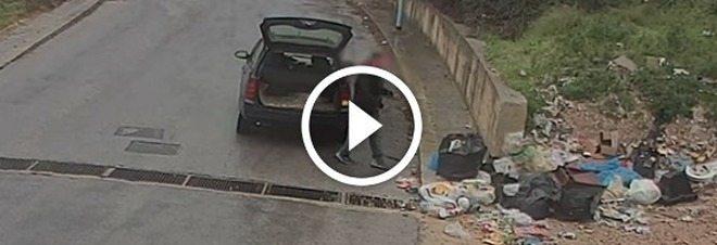 Un sindaco così fa guerra agli incivili che continuano a abbandonare i rifiuti.