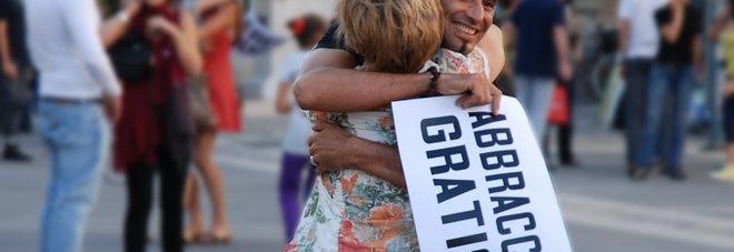 Abbracci gratis, l'evento il 2 luglio a Napoli