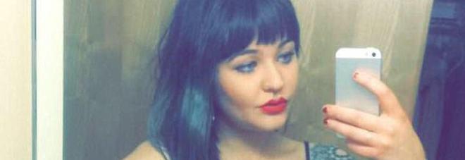 Licenziata perchè non indossa il regiseno, la cameriera denuncia su facebook