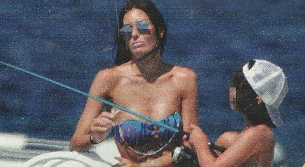 Elisabetta Gregoraci, pomeriggio triste in barca e doccia hot