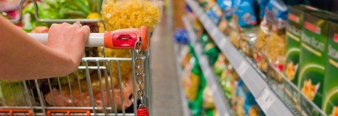 Stangata sulla spesa alimentare, sacchetti di frutta e verdura diventano a pagamento