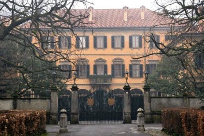 Salvini è sceso in piazza e ha fatto accordi con un ladro:Berlusconi la villa di Arcore l'ha rubata!