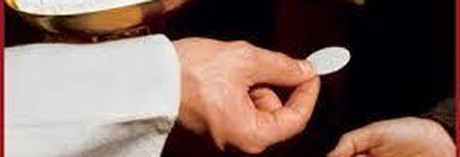 Papa Francesco risolve la polemica: legittimo fare la comunione con le mani