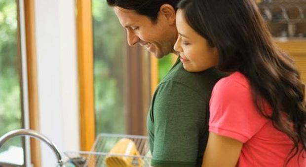 Dividere le faccende di casa, migliora i rapporti della coppia