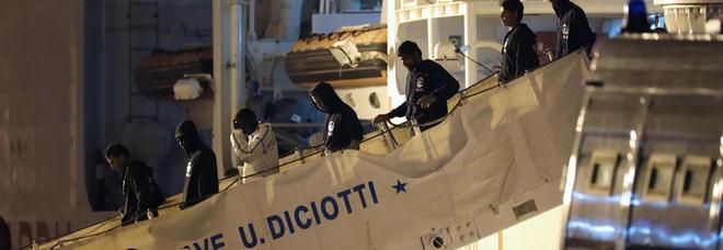 Diciotti, trafficanti dei migranti tagliano un dito ad un bimbo per avere più soldi dai genitori