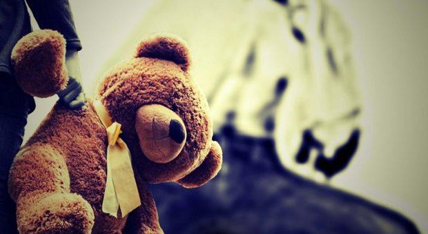 Offre giocattoli ai bambini del condominio, poi ne abusa sessualmente: arrestato un uomo di 57 anni-LEGGO➥