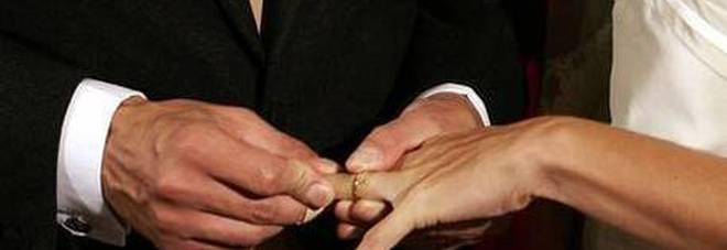 Covid19, regole per matrimoni, sposi con la mascherina, regole che non hanno nessuna prova scientifica ➟