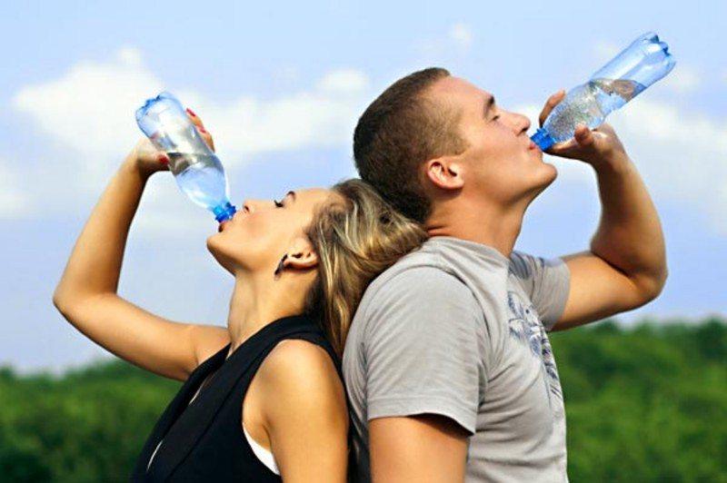 BERE ACQUA FA DIMAGRIRE: ECCO PERCHÉ   Ecco perché se vogliamo perdere peso dobbiamo ricordarci di bere spesso