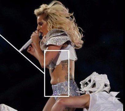 Critiche a Lady Gaga per i rotolini sulla pancia.