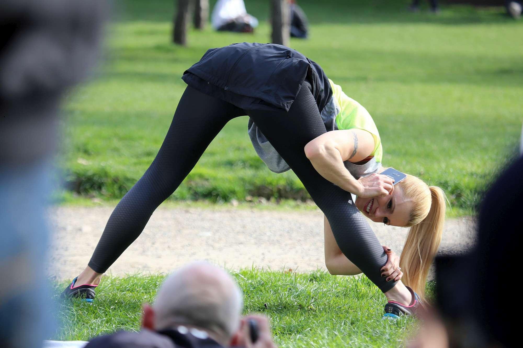 Michelle Hunziker in tuta ginnica al parco, è da capogiro