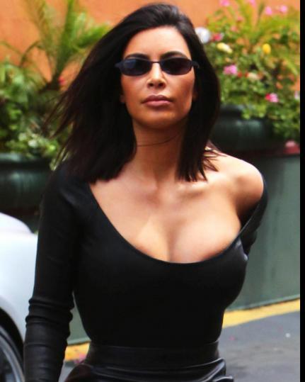 Kim Kardashian in mingonna in pelle e top sc0llat issimo, passeggia per New York