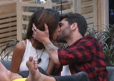 GF Vip: bacio tra Carla Cruz e Jeremias, il fratello di Belen