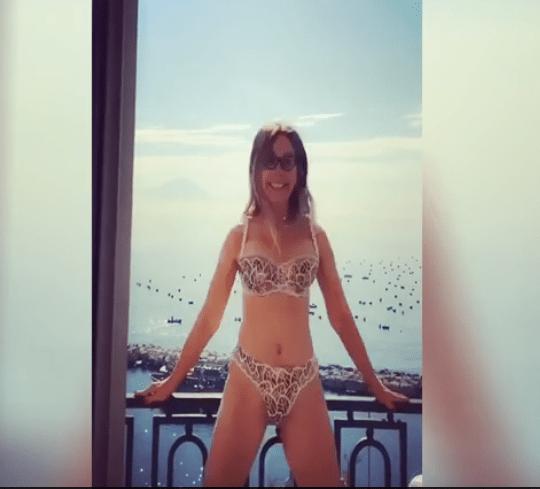 Naike Rivelli: allenamento in lingerie, in balcone
