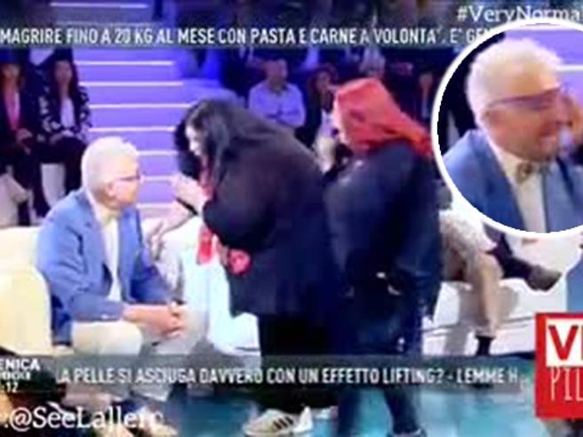 """Schiaffi in diretta a Domenica Live per un """" Cicciona""""di troppo"""