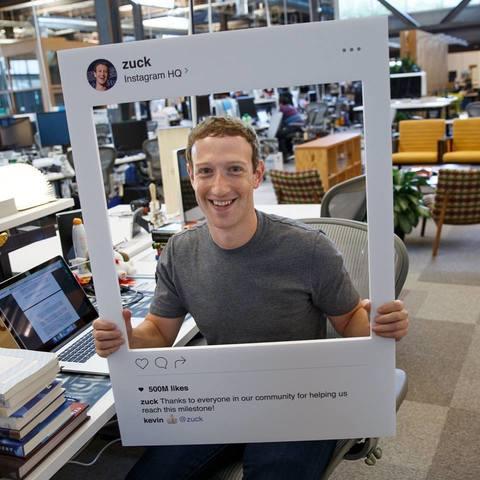 Mark Zuckerberg pubblica questa foto su Fb.  Un dettaglio svela la sua ossessione