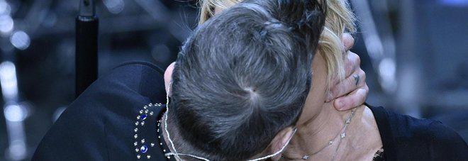 Sanremo, Robbie Williams bacia Maria De Filippi dopo l'esibizione