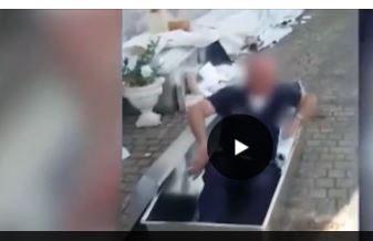 Il vigile milanese fa lo zombie tra le bare di Amatrice: sospeso insieme al collega