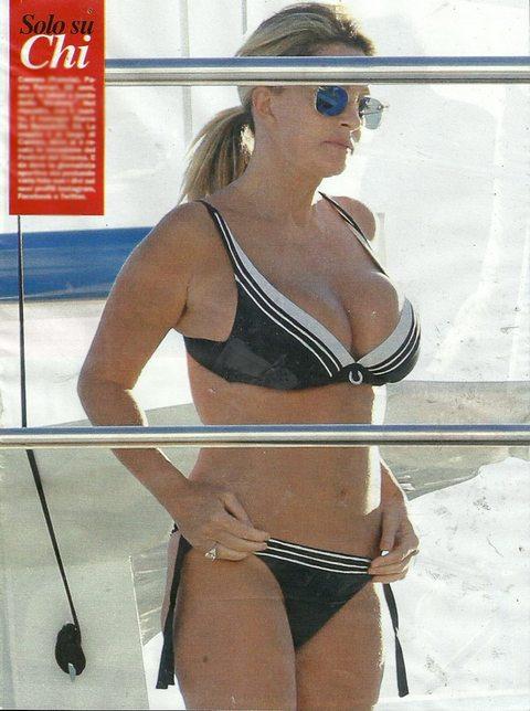 Paola Ferrari In barca a Cannes. Fisico al top per la giornalista sportiva.