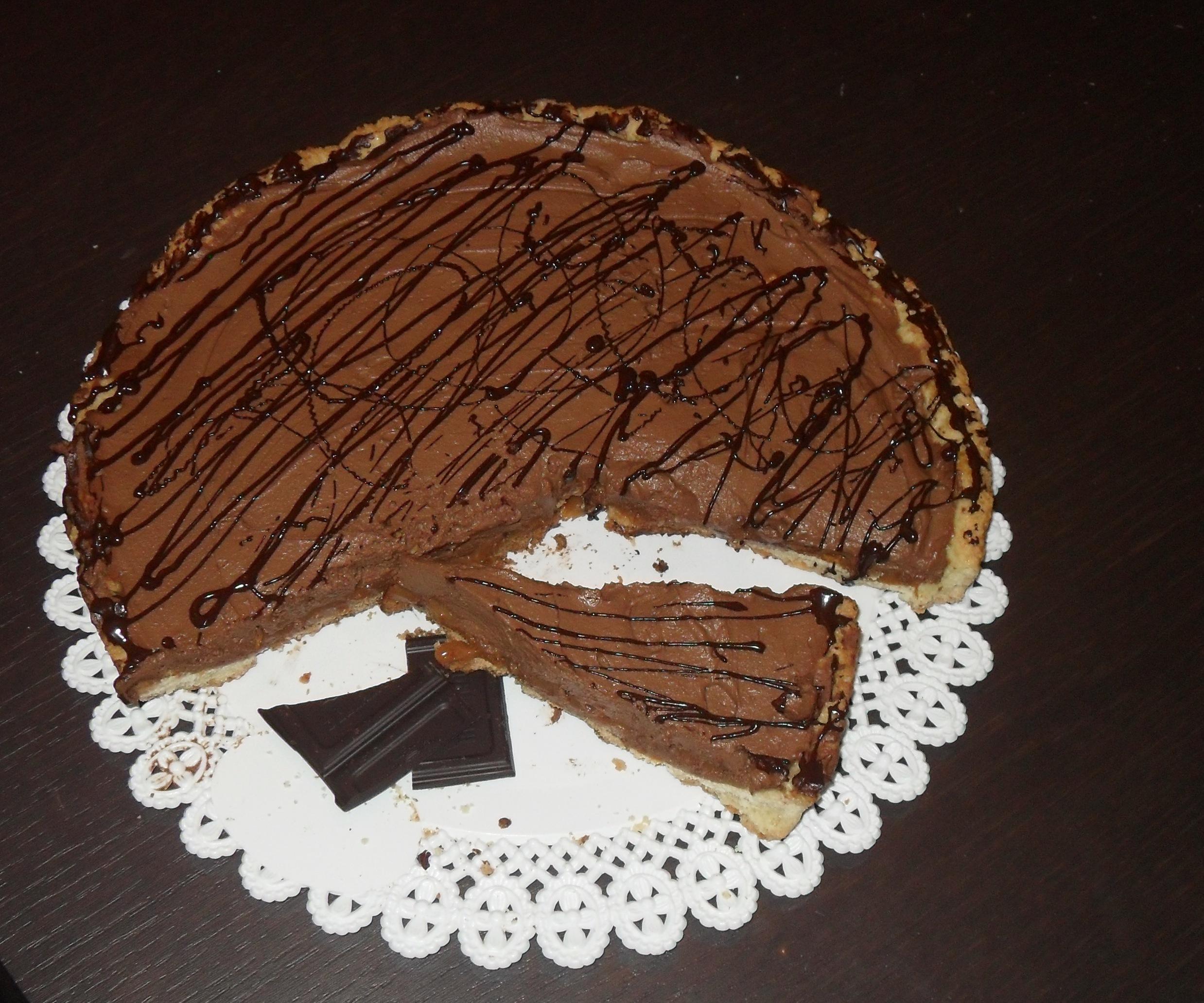 Crostata al caramello, nocciole e mousse al cioccolato