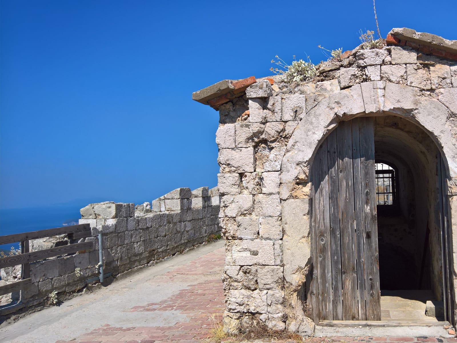 Viaggio a Dubrovnik: la funicolare e due tappe in memoria di una città ferita dalla guerra
