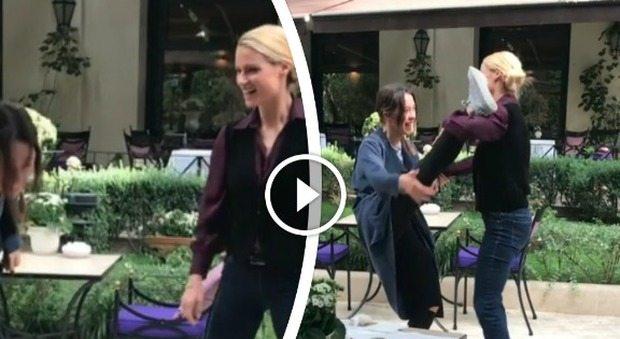 Michelle Hunziker e Aurora, stretching e spaccate al ristorante: