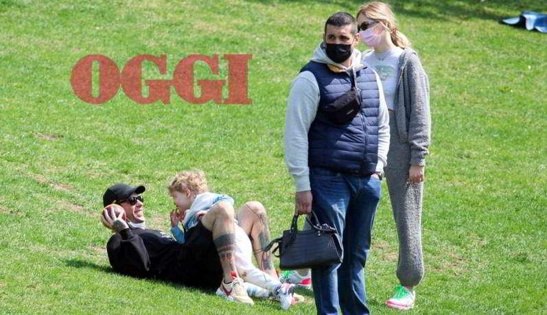 Chiara Ferragni e Fedez al parco con il figlio Leone: la sorellina Vittoria non c'è e le coccole sono tutte per lui