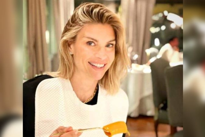Martina Colombari cena in un ristorante al chiuso: follower in rivolta, lei replica alle accuse